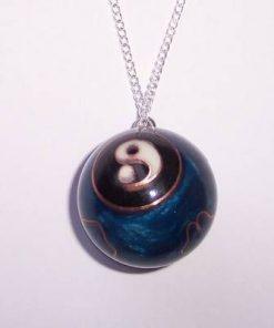 Pandantiv Yin-Yang in forma de sfera pe lantisor metalic