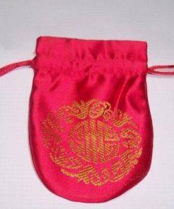 Saculet rosu, cu simbolul logevitatii auriu