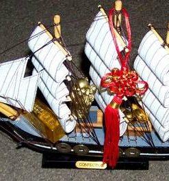 Corabia Bogatiei din lemn, cu simboluri Feng Shui - steaua 8