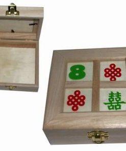 Casetuta din lemn cu capac, cu simboluri de bun augur