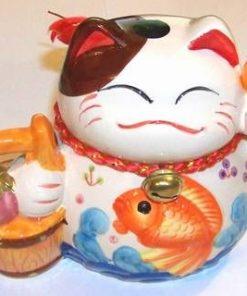 Pusculita din portelan Maneki Neko cu vasul bogatiei