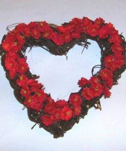 Aranjament in forma de inima cu flori rosii