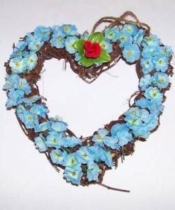 Aranjament in forma de inima cu flori albastre