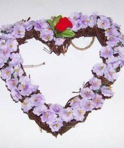 Aranjament in forma de inima cu flori mov
