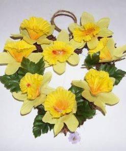 Aranjament in forma de inima cu flori galbene