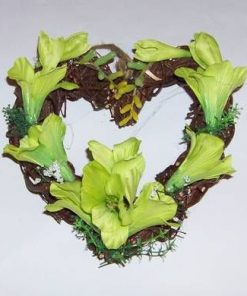 Aranjament in forma de inima cu flori verzi