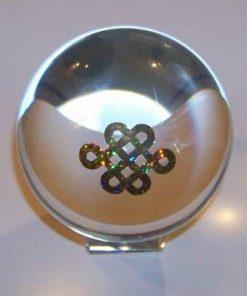 Sfera din cristal, cu Nodul Mistic si Yin-Yang, pe suport