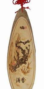 Tablou din lemn, gravat cu floare de prun si nod mistic rosu
