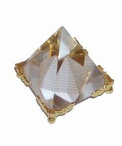 Piramida din cristal cu colturi din metal auriu