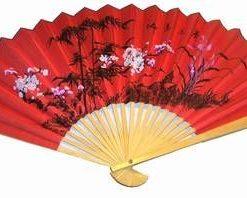 Evantai rosu din bambus si hartie cu flori de cires